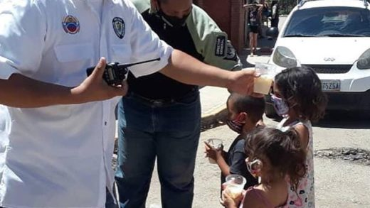 Polimaneiro entregó proteínas lácteas y golosinas a niños maneirenses