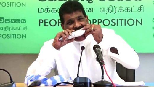 Vea cómo el ex ministro de Sri Lanka se come un pescado crudo EN VIVO (+Video)