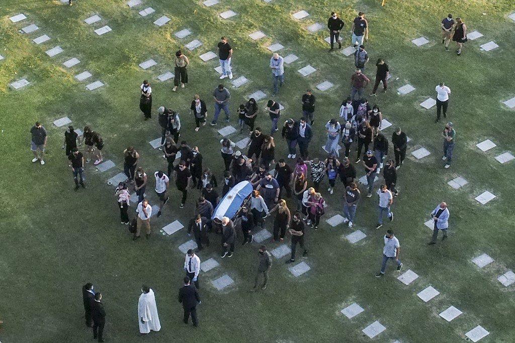 Restos del legendario Diego Maradona fueron enterrados junto a sus padres