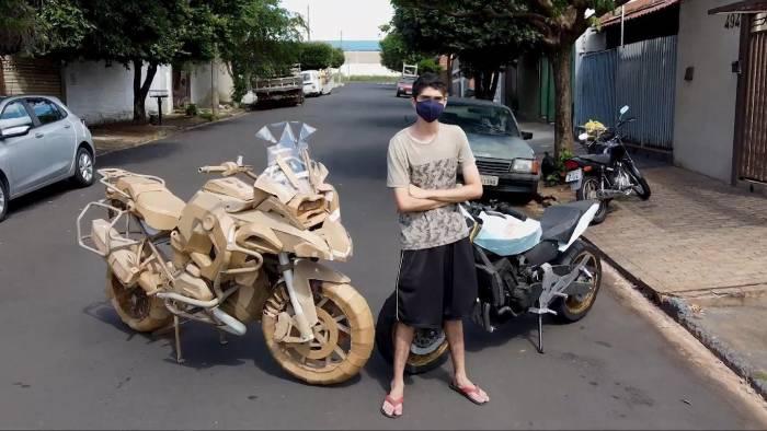 ¡Increíble! Este joven crea réplicas de motocicletas de tamaño real con cartones (+Video)