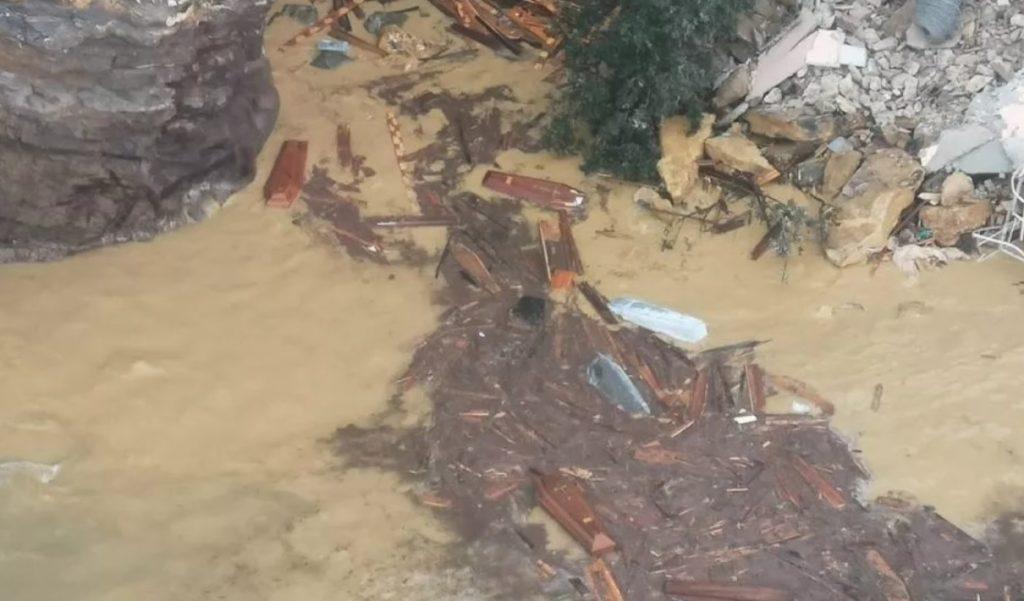 Cementerio en Italia se derrumba y 200 ataúdes caen en el mar