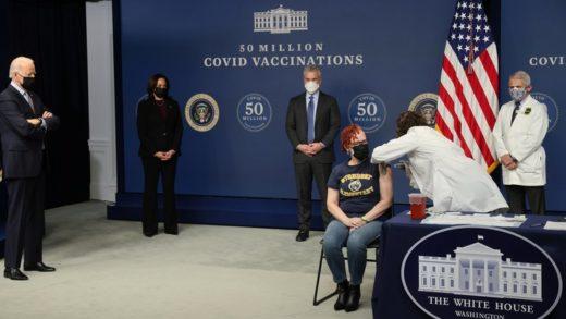 Biden celebra la aplicación de las primeras 50 millones de dosis de la vacuna contra el covid-19