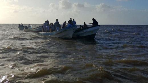 Grupo de venezolanos es rescatado luego de que se hundiera su embarcación en Sucre
