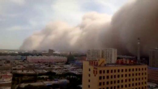 Tormenta de arena deja una espesa niebla de color marrón en la capital de China