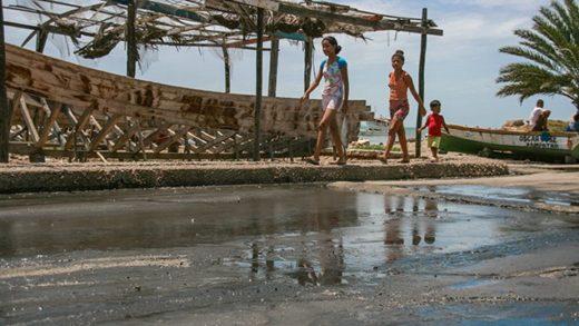 Denuncian que desborde de aguas fétidas afecta al sector del Mercado de Punda