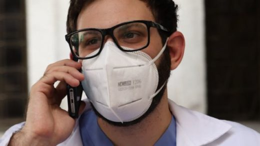 Médicos voluntarios atienden casos de coronavirus vía telefónica en Venezuela