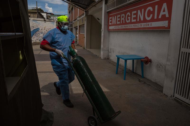 Hasta 30 dólares pagan los habitantes de Caracas por una bombona de oxígeno