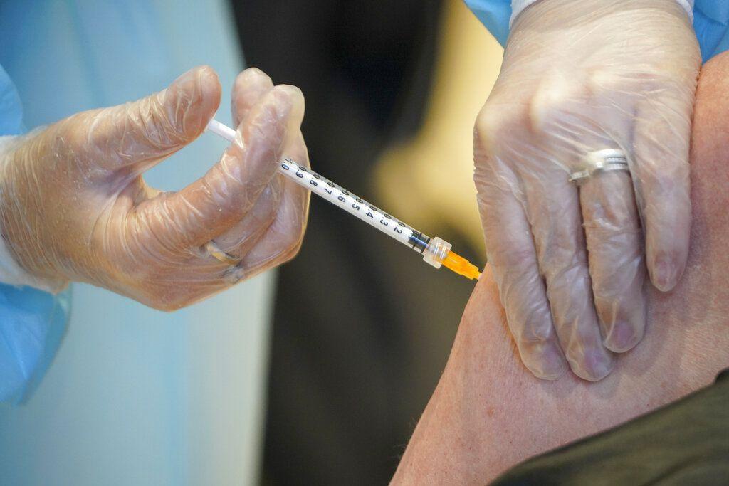 Filipinas suspende vacuna de AstraZeneca en menores de 60 años