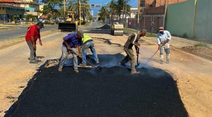 Alcaldía de Mariño inicia colocación de 75 toneladas de asfalto en avenida Francisco Esteban Gómez