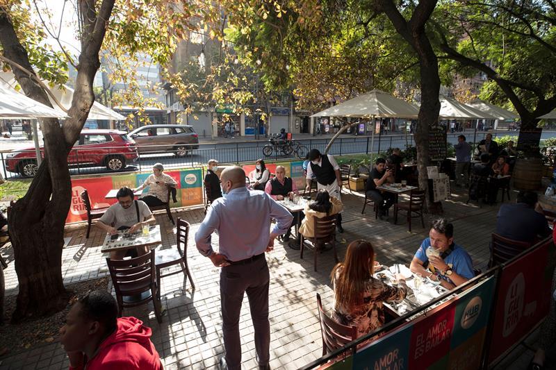 Disminuyen un 18 % casos diarios de COVID-19 en Chile