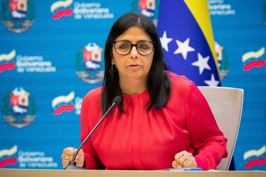 Delcy Rodríguez pide a curas quitarse la sotana para hacer política