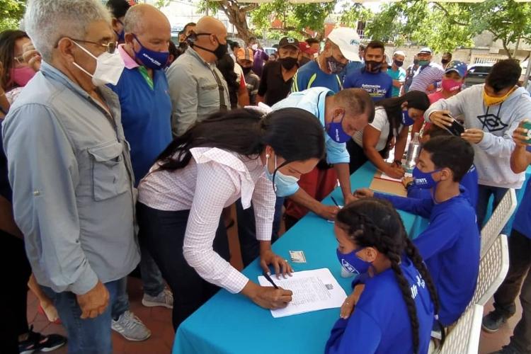 Neoespartanos participaron en recolección de firmas para primarias de la oposición
