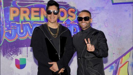 Chyno y Nacho reciben una ovación al presentarse en los Premios Juventud