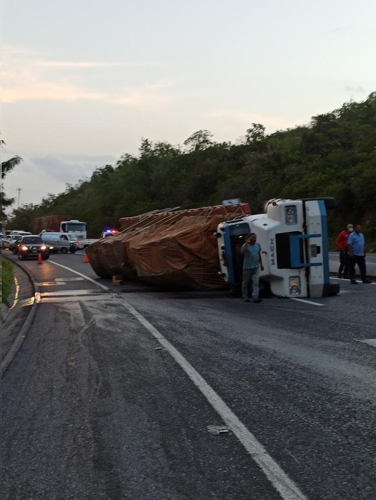 Vuelco de gandolas en la Caracas-La Guaira generó fuerte retraso (+Fotos)