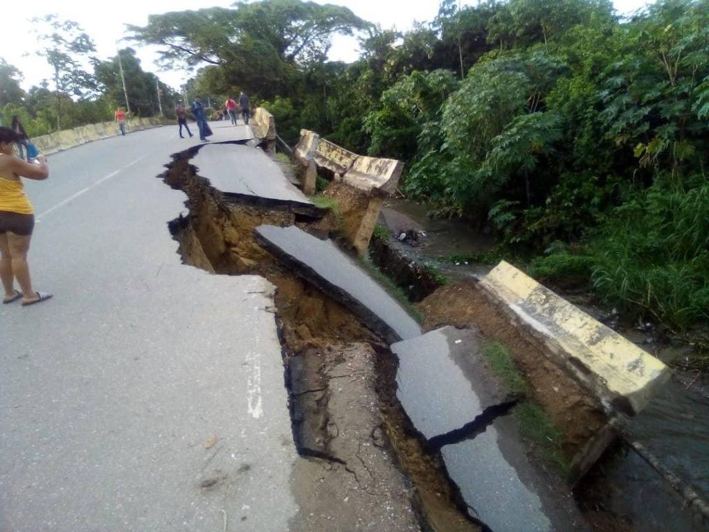 Reportan que puente La Cabrera en Ocumare del Tuy se desplomó (+Fotos)