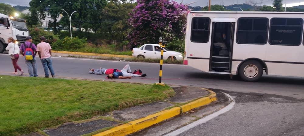 Polisucre frustró robo de un autobús en Coche y ultimó a cuatro delincuentes